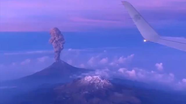 Messico, l'eruzione del vulcano Popocatépetl ripr...