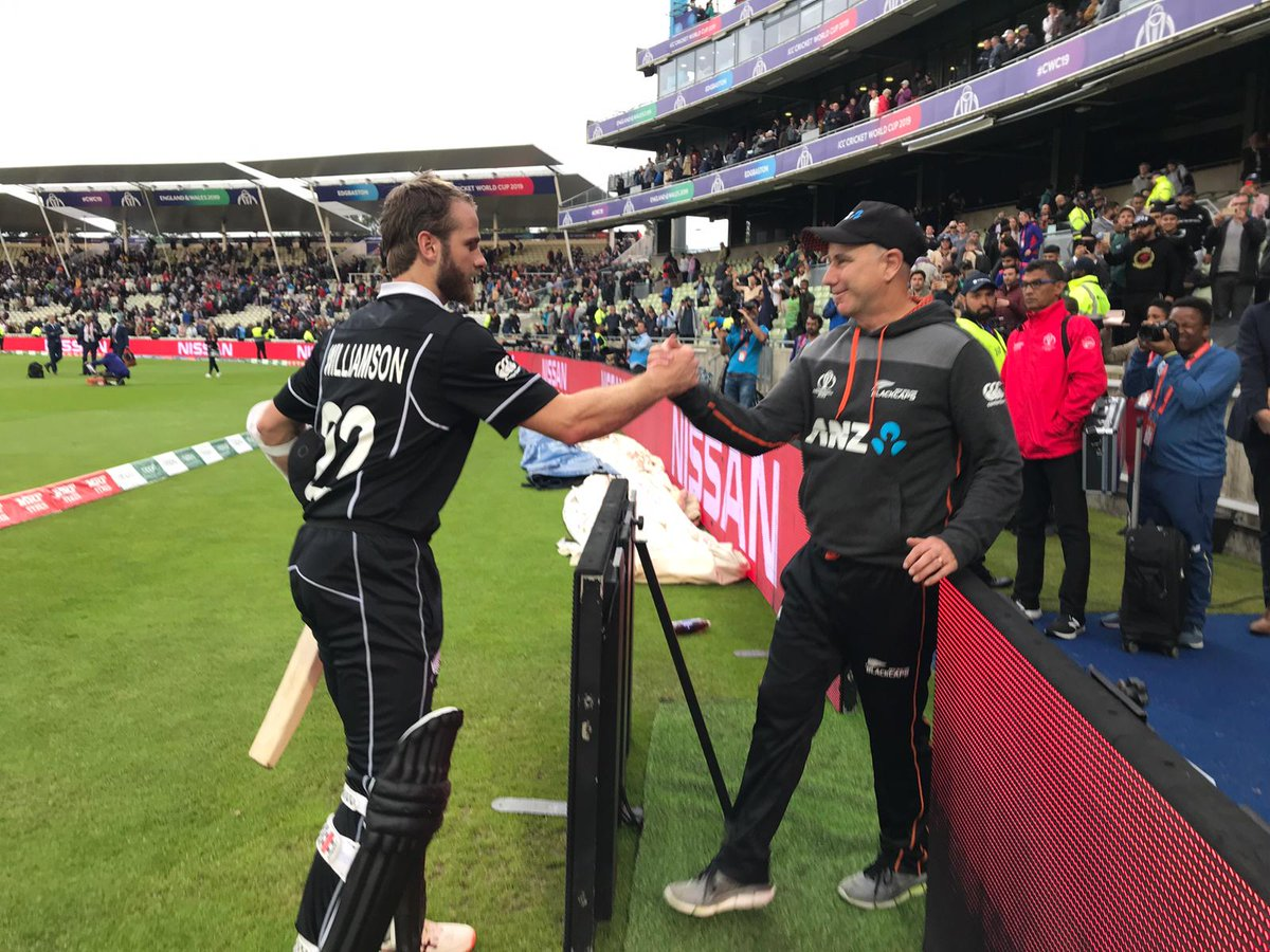 Captain and coach embrace! Special moment caught sideline as Kane comes off after his superb innings - 106* (138) 🏏 A true captain's knock! #CWC19 #NZvSA #BACKTHEBLACKCAPS