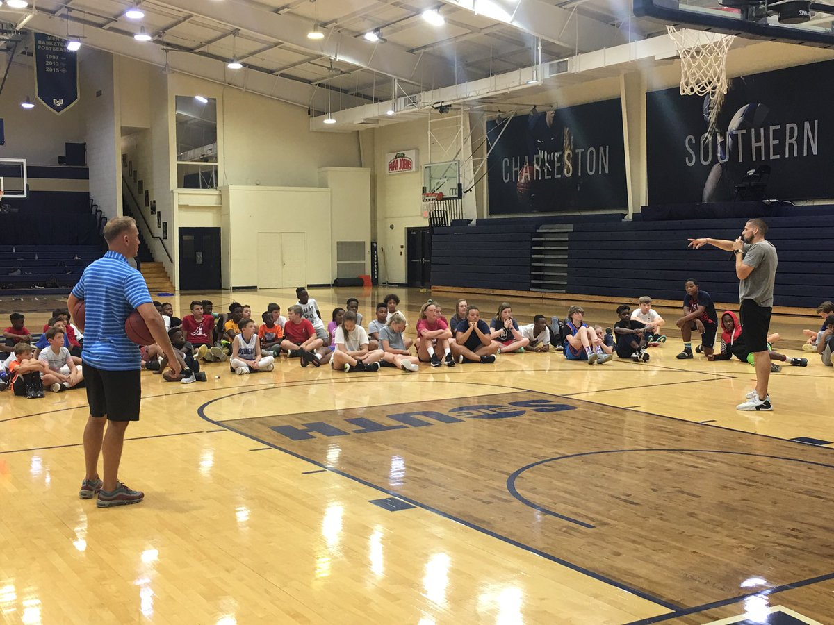 @CoachTButters teaching the campers how to move without the ball, how to get open when overplayed, and how to use screens to get open for a shot   ‼️🔥🙌🏽👊🏽  #BETHERE
