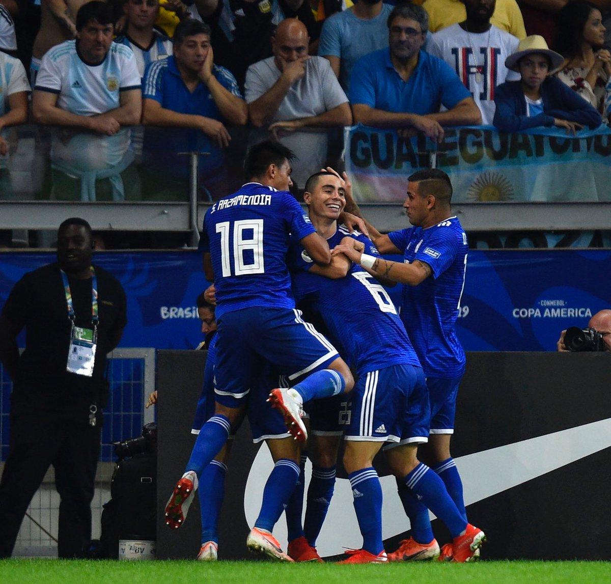 La imagen lo dice todo. El gol fue de Richard, pero los abrazos van para Micky Almirón. Pique de 50 metros en 8 segundos y 2 argentinos en el camino. Golazo.