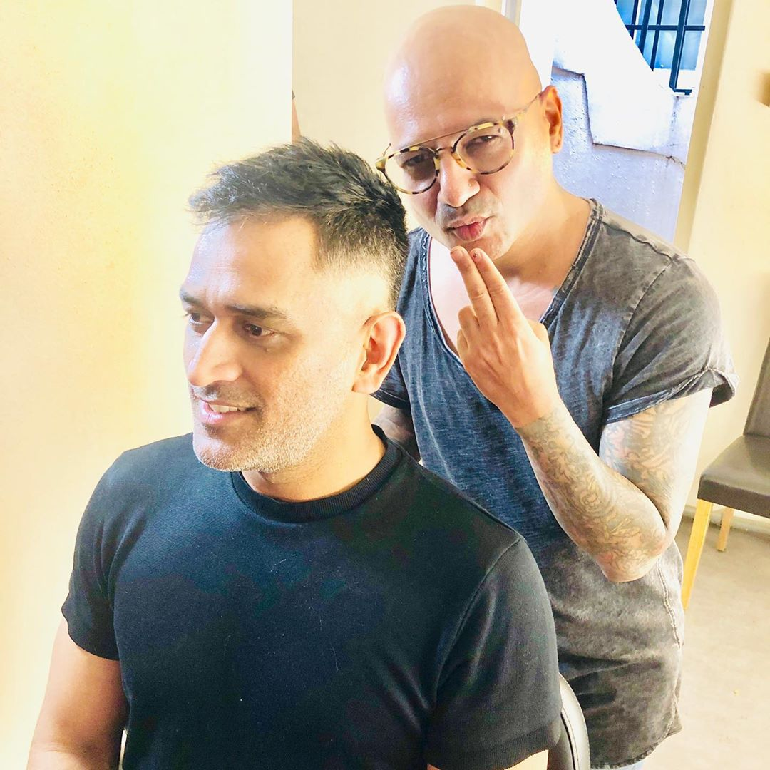 RT @DHONIism: Hair cut session of Dhoni in england. 💇❤️ https://t.co/UpTRoXxb3o