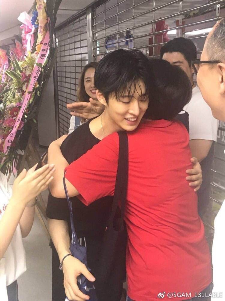 tb when bobby's mom hugged hanbin THE SOFTEST. WE TRULY ARE A ONE BIG FAMILY. #AlwaysBIyourside