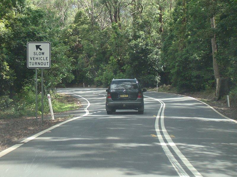 【Turnout Areas and Lanes/待避所と待避線】 追い越しが危険である二車線道路を遅めに運転しており、後続車両が【_台以上】である場合は、待避所/待避線に乗り入れて後続車両を先に行かせなければなりません。   . . . . . . 5台pic.twitter.com/IgxkpfO8tE