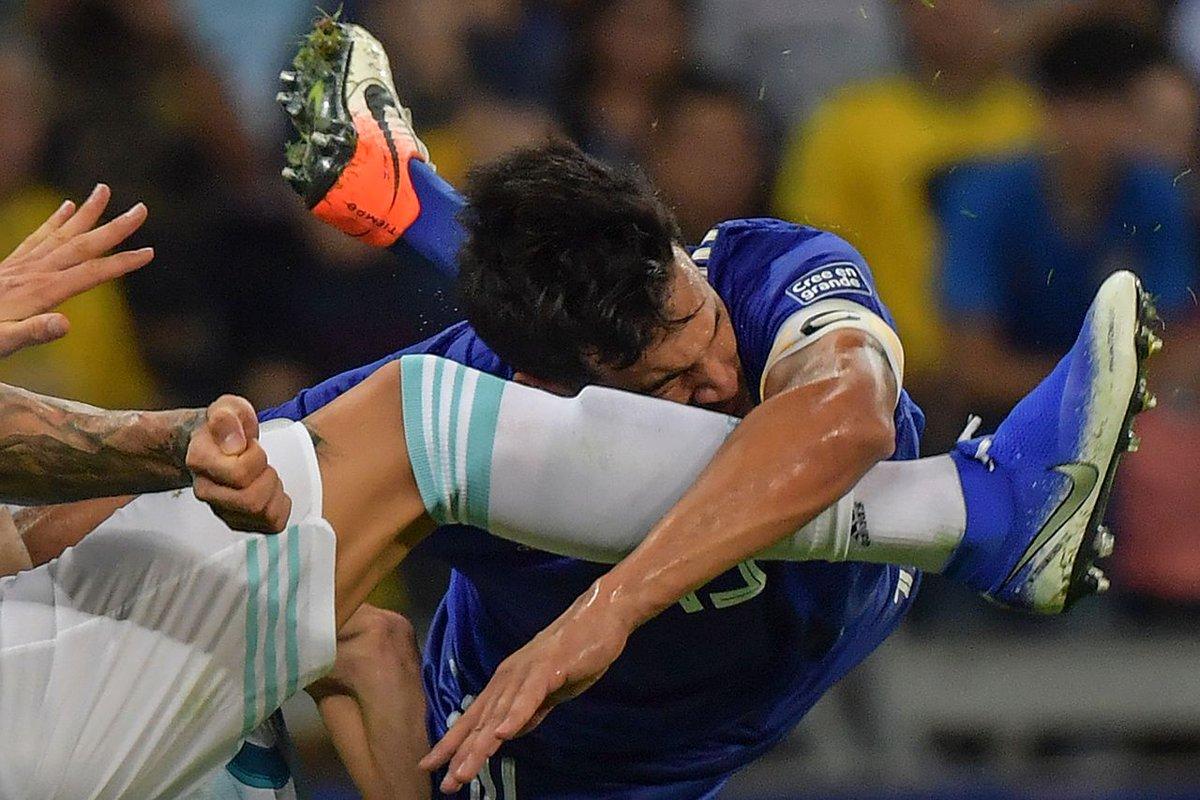 En el mientras tanto les dejo esta foto de Gustavo Gómez chocando con Otamendi.  Es de Luis Acosta / AFP