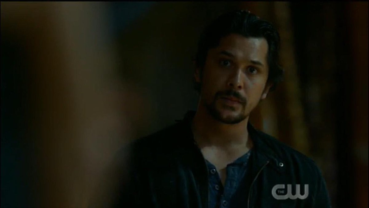 he literally zoned tf out when she walked into the room this is sickeningg he still cant handle seeing clarke knowing she isnt really clarke omg