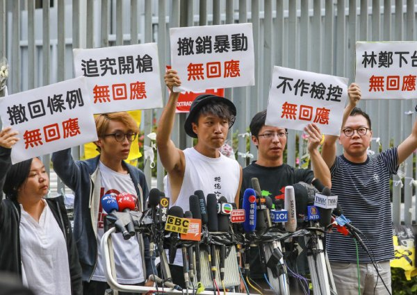 Hong Kong officials try to ease tensions as more protests threatened.  #ExtraditionLaw #反送中 #HongKongExtraditionLaw  https://www.asiaone.com/china/hong-kong-officials-try-ease-tensions-more-protests-threatened…