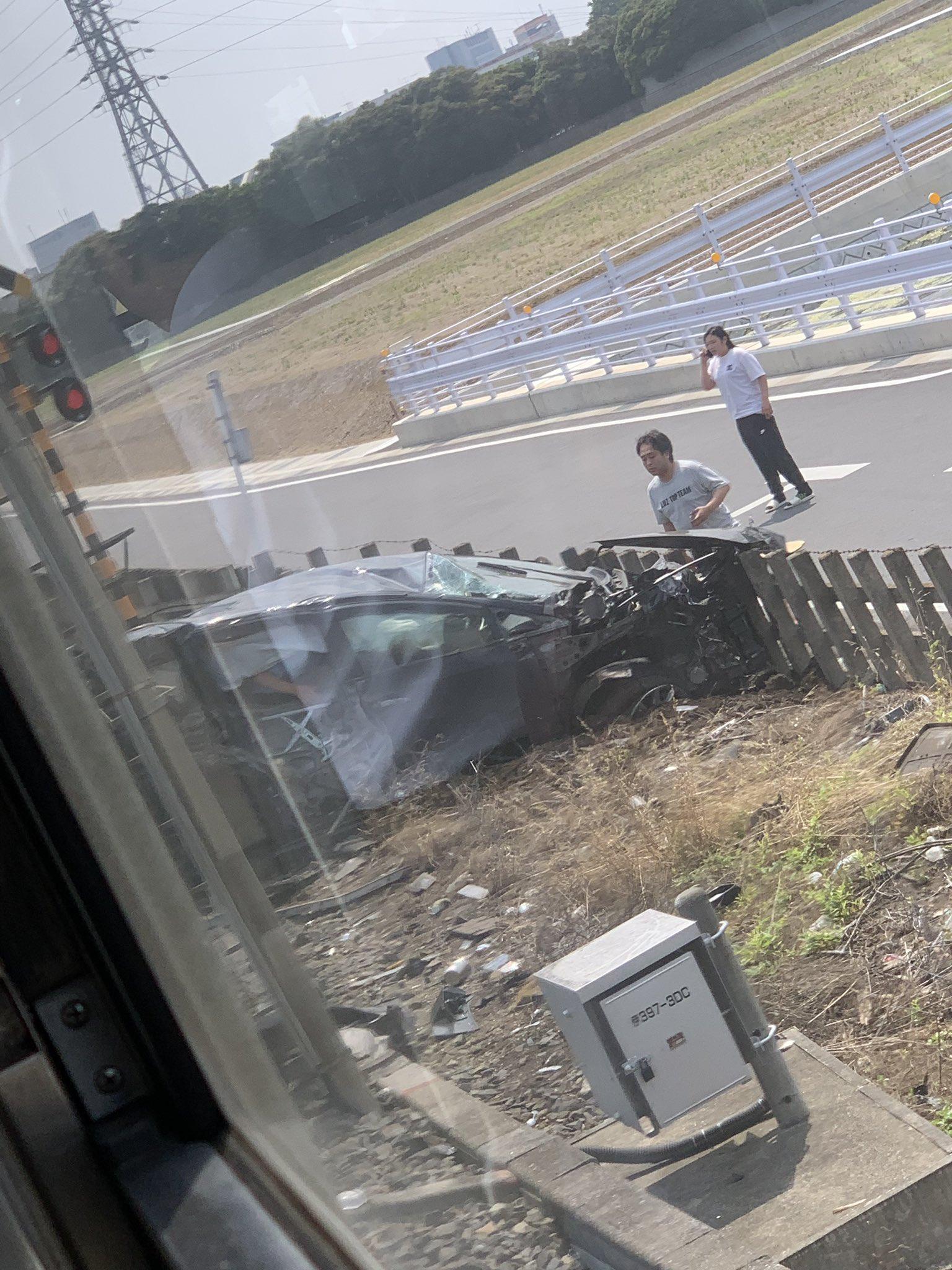 東武伊勢崎線の踏切で電車と車が衝突した事故現場の画像