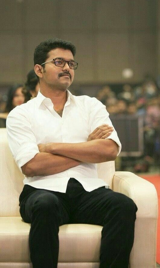 """This one moment explains the success story of #Vijay. Ahead of Sachein release, Vijay was interviewed: Your Sachein is competing with Chadrmukhi and Mumbai Express.  Vijay: """"There's no potti. I'm too small an actor to be compared to Rajini and Kamal Sir. #ThalapathyBDayCDP<br>http://pic.twitter.com/wbNwzEeaRJ"""