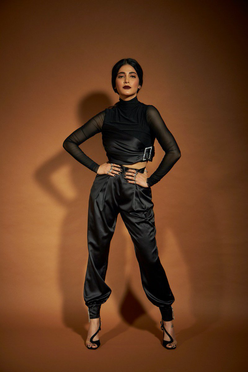 .@shrutzhaasan to play an undercover agent posing as a waitress in her up-coming CIA based show 'Treadstone'. Good luck, she is the first South Actress to foray into English web series 👍👍  #ShrutiHeadsWest @proyuvraaj