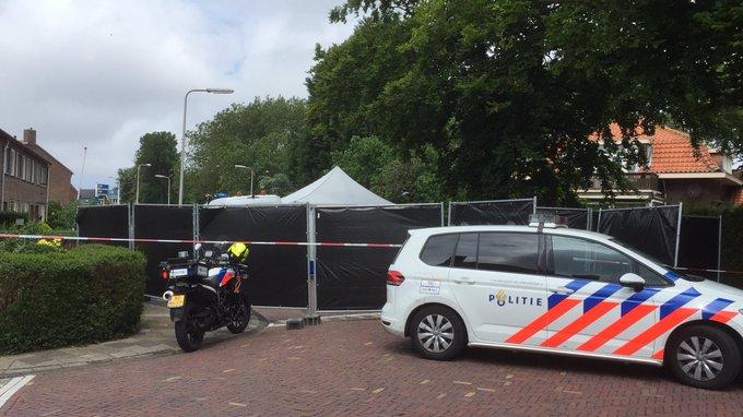 Politie heeft Mr. Jan Tuiningstraat Naaldwijk afgezet na aantreffen overleden persoon, onderzoek is gaande https://t.co/yzJYgbKZIj