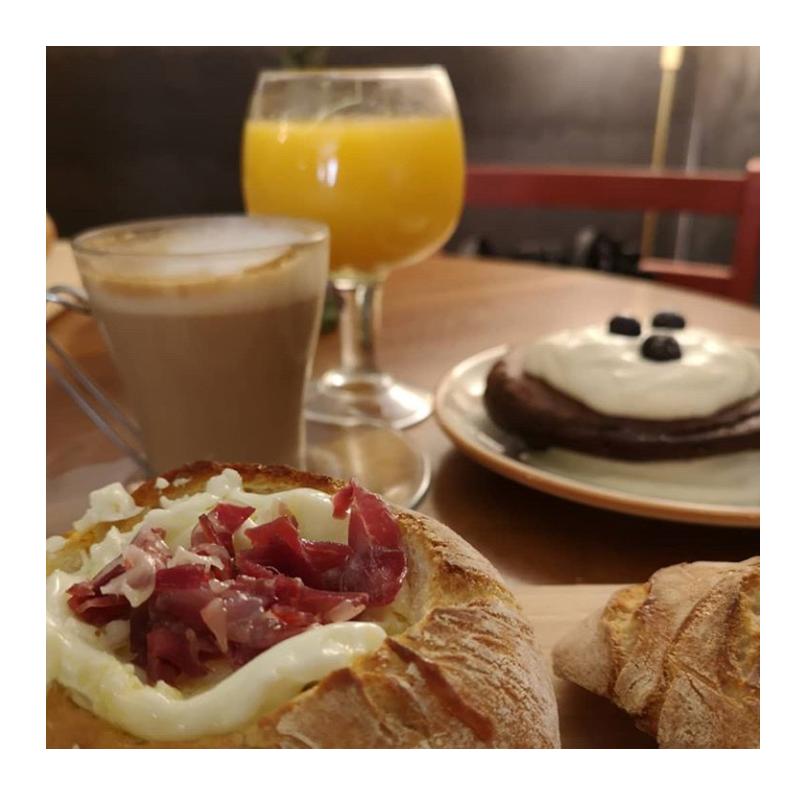 ☕️ ¿Ganas de desayunar o brunchear? Pues de viernes a domingo puedes hacerlo en el @cafedemahon. Elige el que más te guste:  ibérico, vegetal, de salmón, aguacate, dulces y bebidas especiales y vente a disfrutarlo solo o acompañado  . ♥️ ¡Os esperamos! . #⃣ #brunch #brunchmadrid