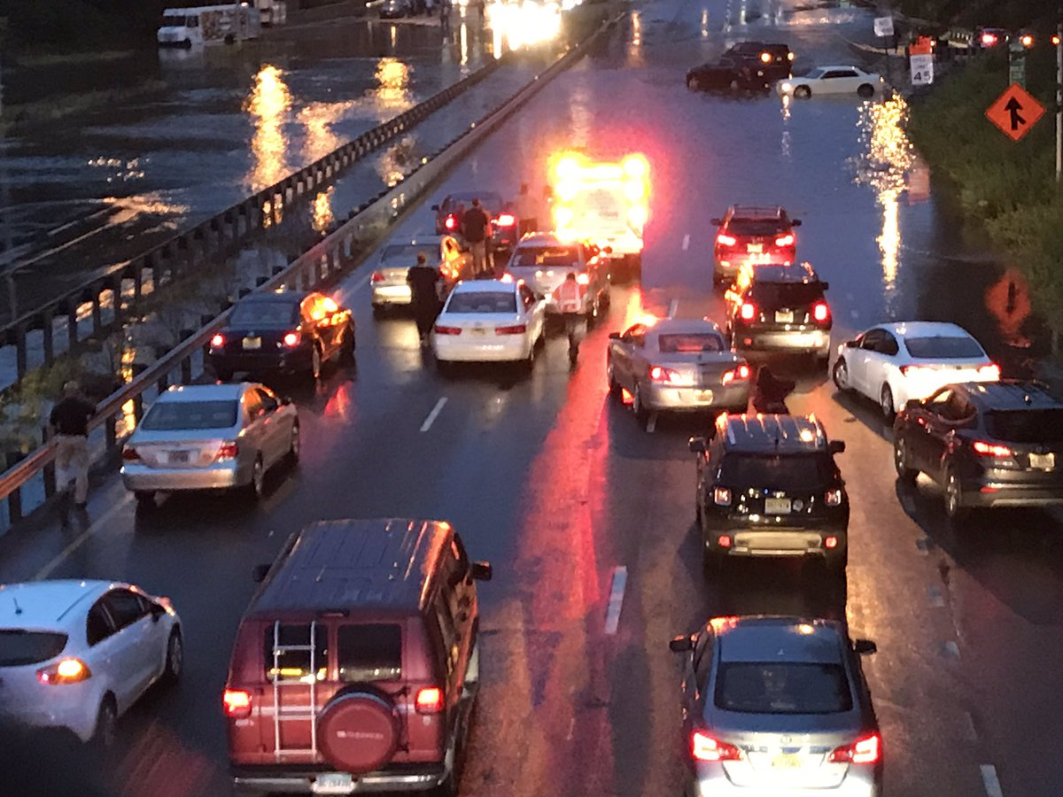 Total mess on I-295 in New Jersey. Several disabled vehicles. A portion of the road is closed. Updates on @phl17 Morning News. #rain #nj #traffic