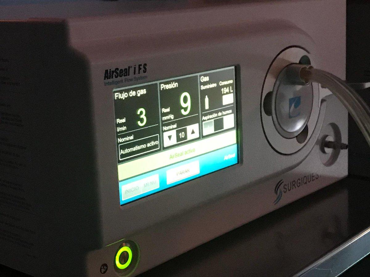 Hoy asistimos a una #cirugía de resección anterior de recto en el Hospital Ramón y Cajal de Madrid con el equipo del Dr. @trill_die: la Dra. Estela Tobaruela y el Dr. @PedroAbadiaBarn trabajan a 9 mmHg de presión intrabdominal gracias a #AirSeal® IFS de #ConMed