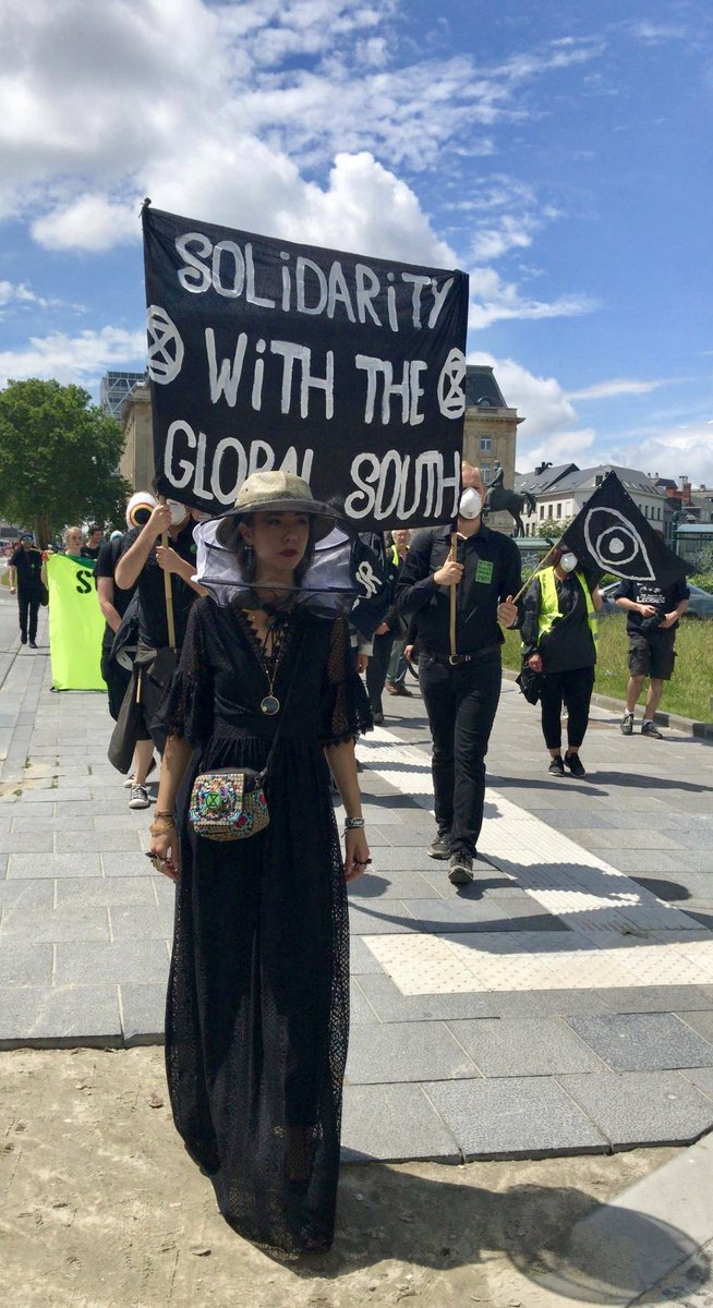 Climate funeral procession by @ExtinctionRebe6 at Federal Parliament Belgium to remind parliamentarians that #climate crisis is urgent business and matter of life & death for millions around the world - in solidarity with the global south. #ExtinctionRebellion #wearewatchingyou