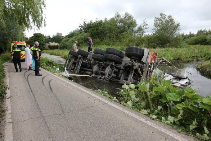 Betonmixer gekanteld in sloot Groeneweg https://t.co/NEs6GF1c40 https://t.co/FpV9qP8mSR