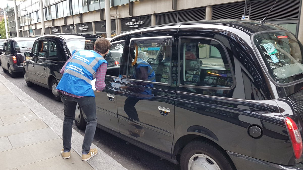 Engaging with taxi drivers. Recent pollution monitoring by @TheLTDA and @CamdenCouncil found that pollution inside ranking taxis was double that of street-level. Pollution reduces when ranking behind an electric taxi or one with its engine off #CleanAirCamden #CleanAirDay https://t.co/goPJTJyG6n