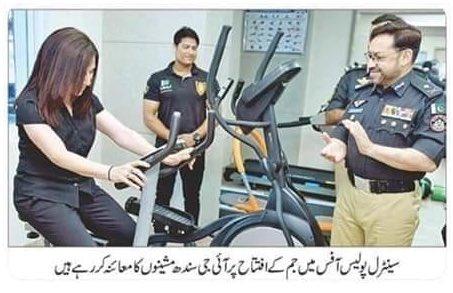 IG Sindh gym ke iftetah ke mauqay par machine ka jayeza letay huay.