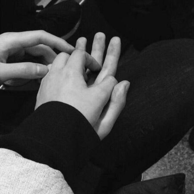 Картинка рука в руке влюбленных ночной