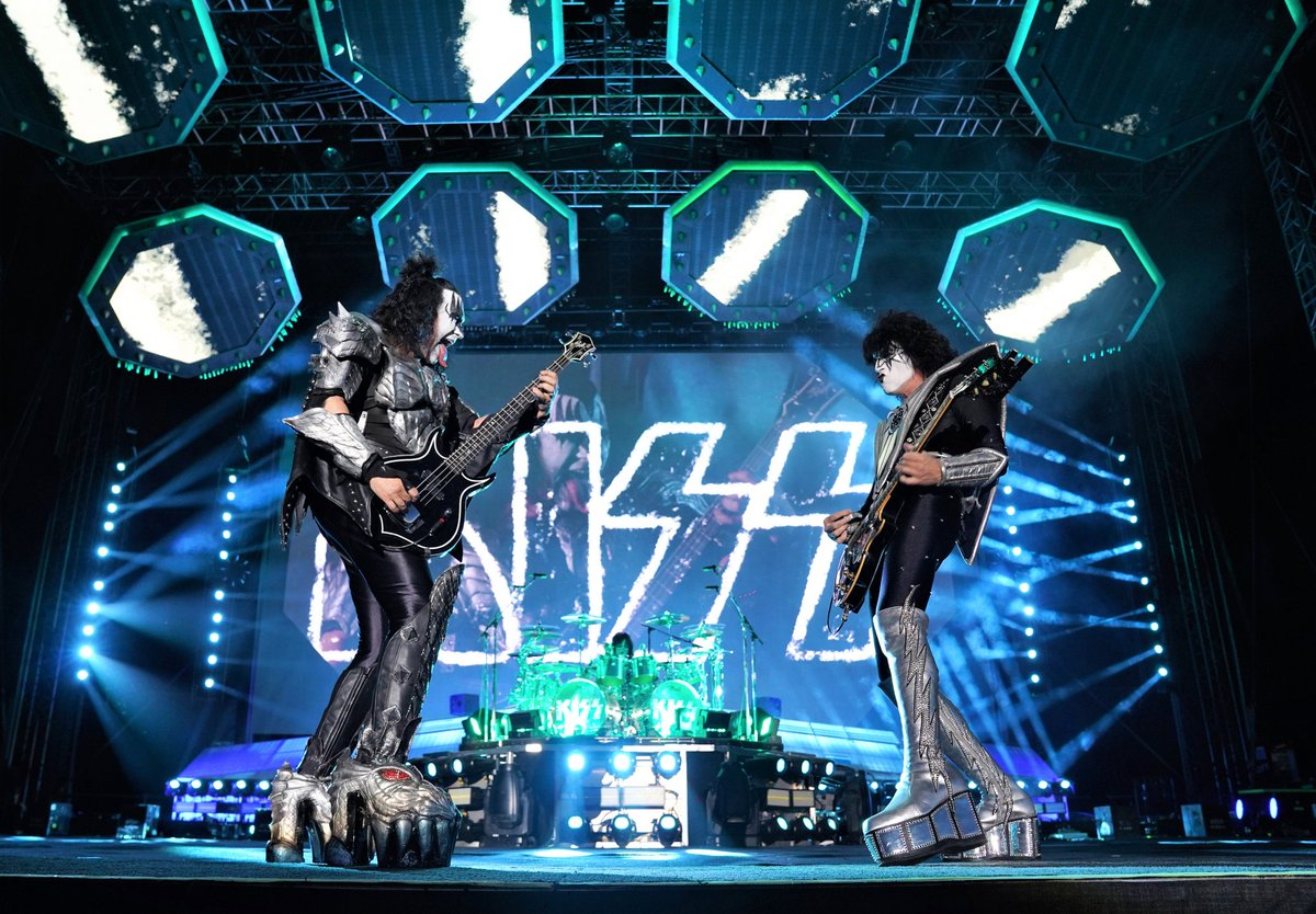 .@genesimmons & @tommy_thayer rockin' on the #EndOfTheRoad Europe Tour. <br>http://pic.twitter.com/I7IKvnFAzK