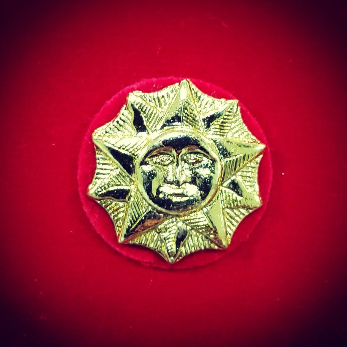 El sol que posa sobre sus hombros, el mismo que brilló en Carabobo hace 198 años, representa la prudencia, valentía, audacia, talento y probidad que los Generales y Almirantes de la República deben llevar como virtudes. ¡Luces para la Patria! Pórtenlos con honor. ¡Felicitaciones! https://t.co/CTIamAunbM