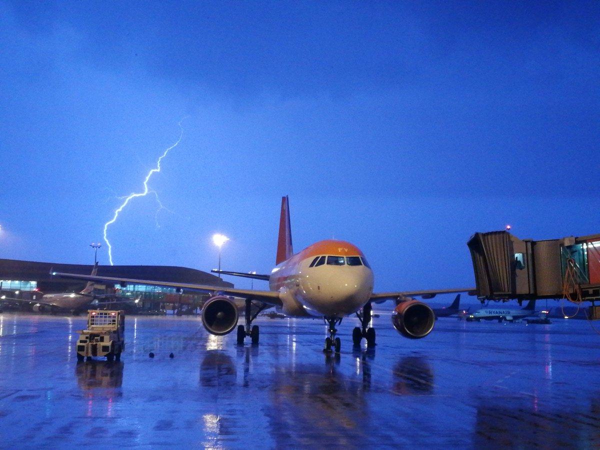 Evening thunderstorm above Prague airport = stop traffic 22:15-22:40 #thunderstorm #pragueairport #letistepraha #severeweather #aviationdaily #aviationnews #picoftheday – at Letiště Václava Havla Praha (PRG)
