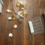 卵をパックごと落とすベタなドジ!権利フリーの資料写真です!