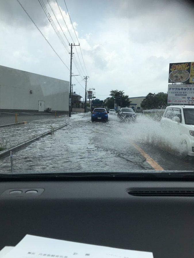 富里市の道路が大雨で冠水している画像