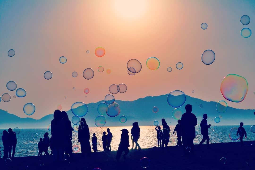 6月22日【土曜】18時15分~夜まで 光市虹ヶ浜にて沢山のシャボン玉を飛ばして遊んでいるよー。もちろんフリーシャボン玉❕晴れたらいいなあー!中止の場合はツイートにてお知らせするよ!わーわーわー‼️ #シャボン玉おじさん https://t.co/IDIxYshlG3