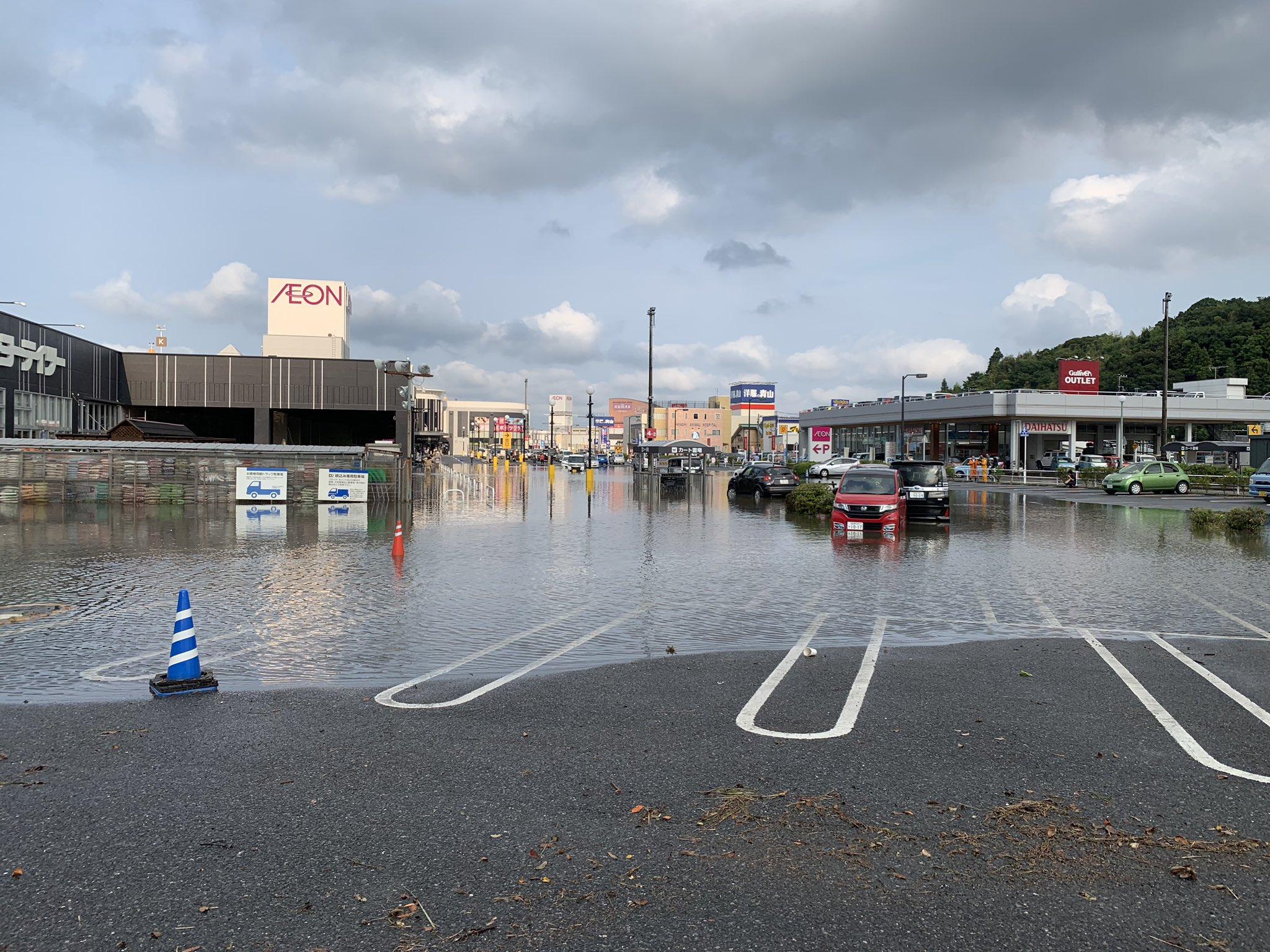 イオン成田の駐車場がゲリラ豪雨で冠水している現場画像