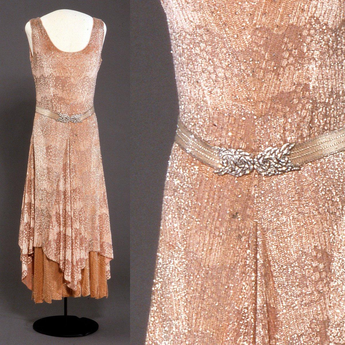 Nasjonalmuseet har lånt ut flere av dronning Mauds antrekk til utstillingen «Dronningmøter» som åpner i morgen på Slottet! 🏰. Denne kjolen brukte hun da kronprins Olav giftet seg med Märtha i mars 1929. 💃:W.W. Reville-Terry Ltd., 1929. 📸: Nasjonalmuseet/Teigens Fotoatelier.