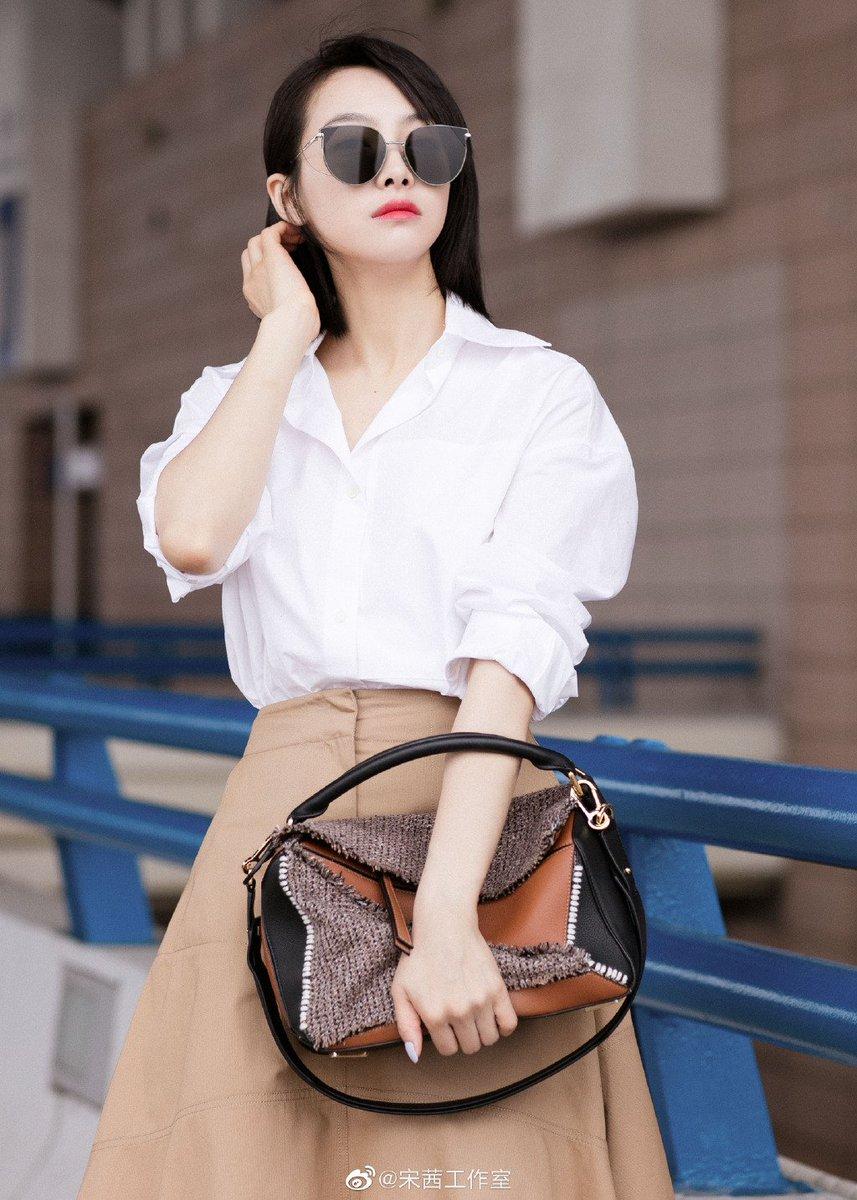 #VictoriaSong departs for the Loewe S/S 2020 runway show at Paris Men's Fashion Week.  #SongQian #宋茜