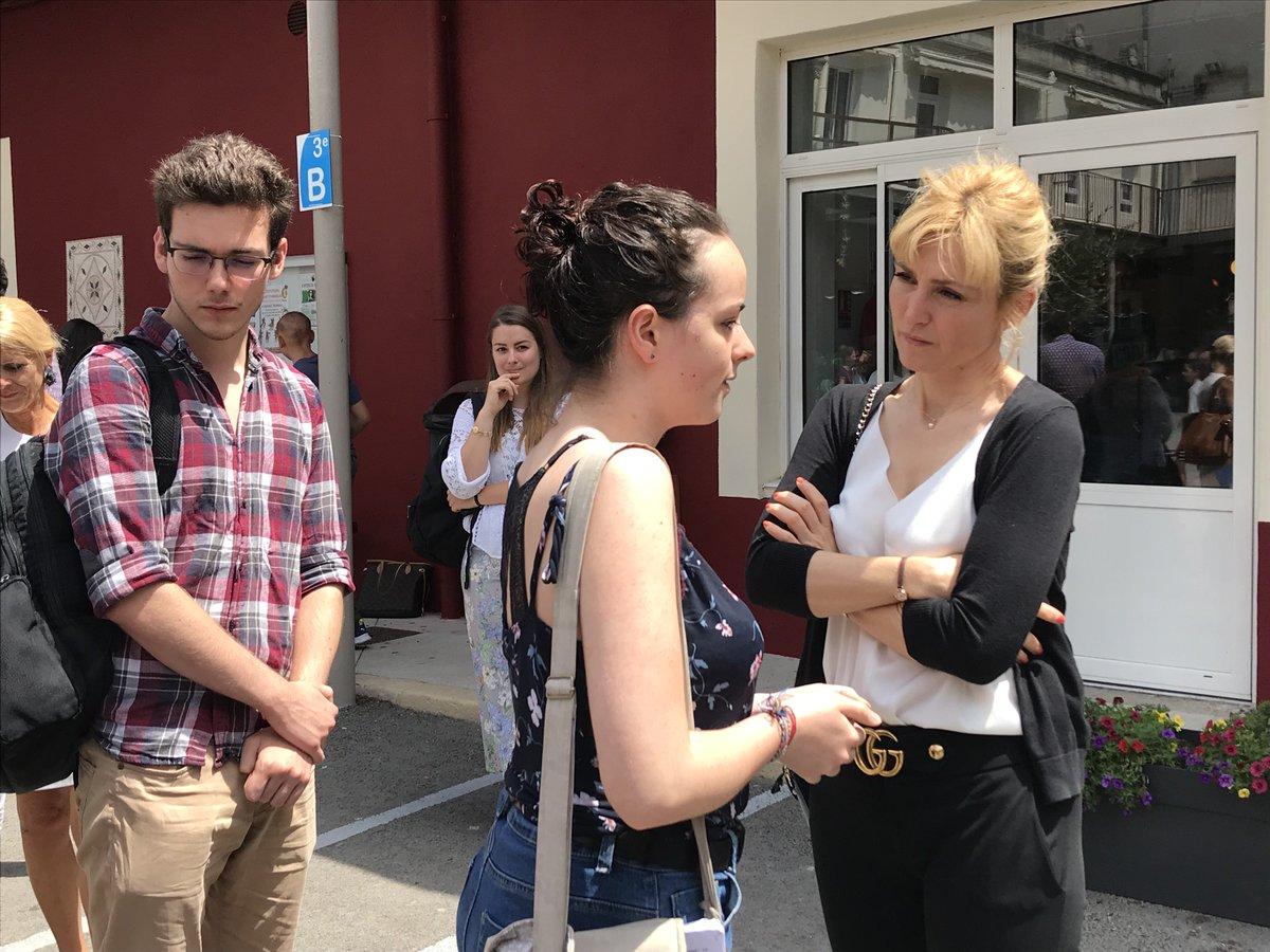 De passage à #Nîmes, #JulieGayet a rencontré les étudiants en prépa cinéma de l'institut Saint Stanislas, pour échanger sur la place de la femme dans le #cinéma http://www.lagazettedenimes.fr/46323/julie-gayet-rencontre-les-apprentis-cineastes-de-saint-stanislas.html…