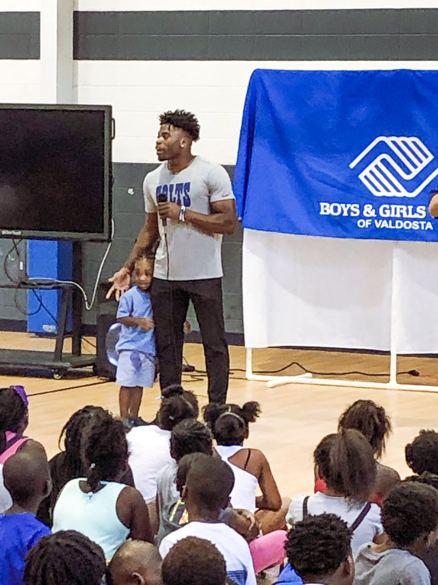 Kicking off a Weekend of 1ove in his hometown, @KennyKennyMoe3 surprised 500 local youth with backpacks today! #1ove #HeartOfTheHorseshoe #ColtsHuddlefor100