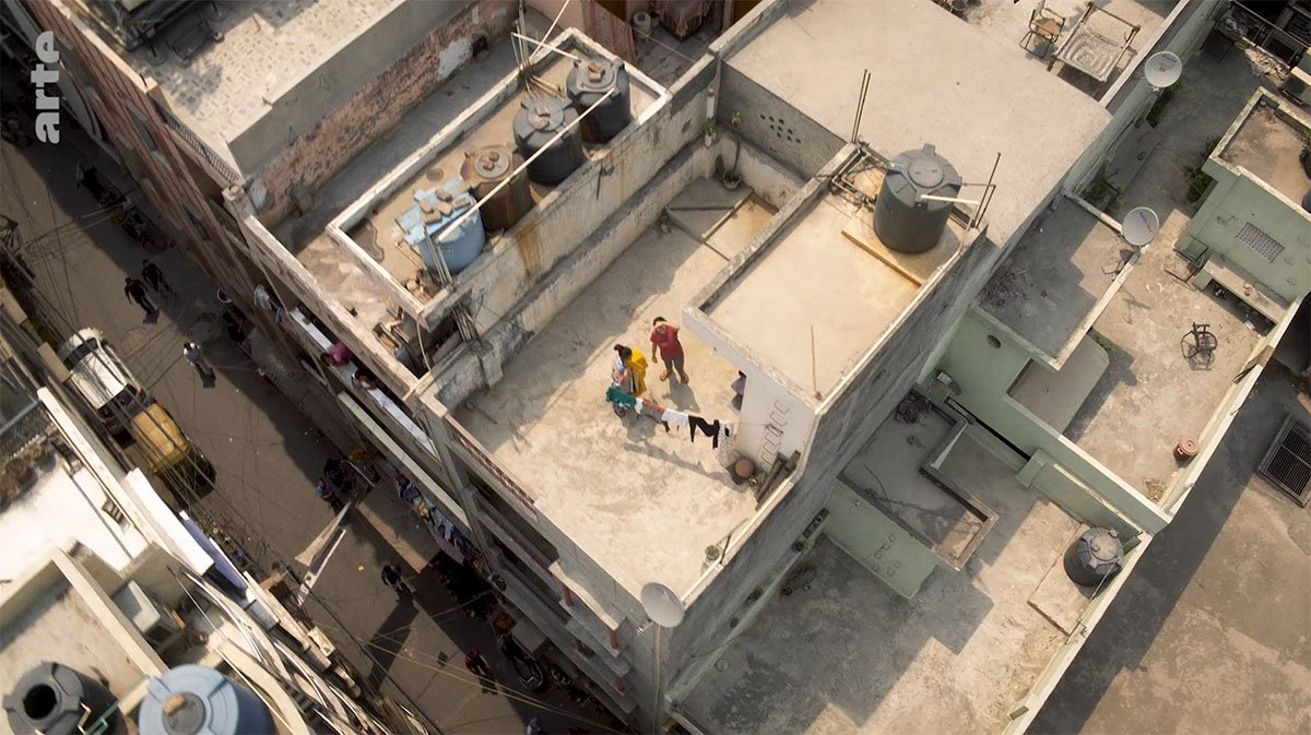 Vol au dessus d'une ville hindoue ! 🇮🇳 Mettez l'humanité en perspective avec #Dezoom 🛸 http://so.arte/Dezoom