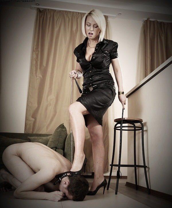 раб поклоняется на коленях госпоже видео - 6