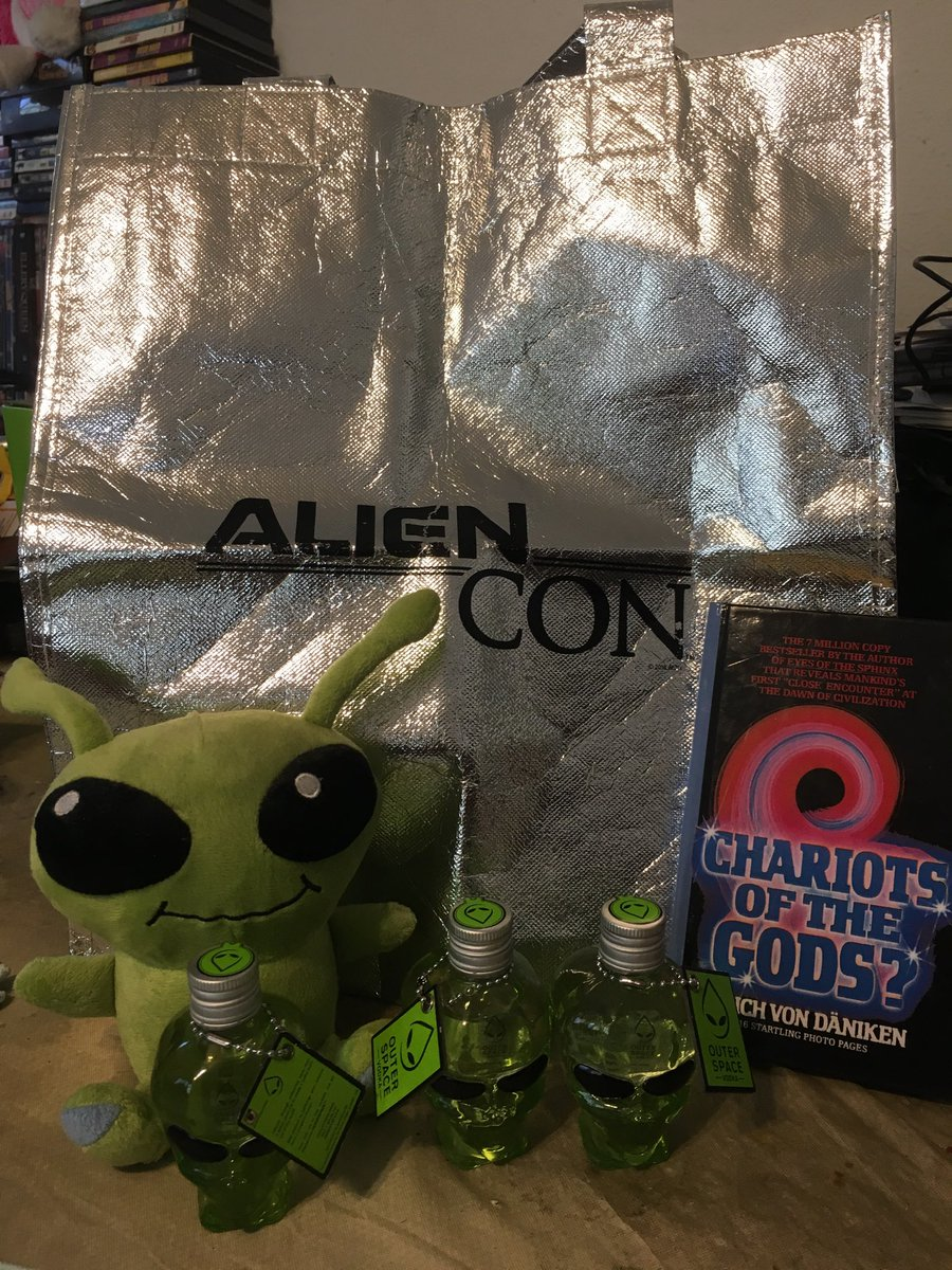 Getting my AlienCon on!!! We are not Alone 💚👽👍🏼😉!!! We have landed at AlienCon 2019 @ LA Convention Center!!! 👏🏼😁🐾🐺