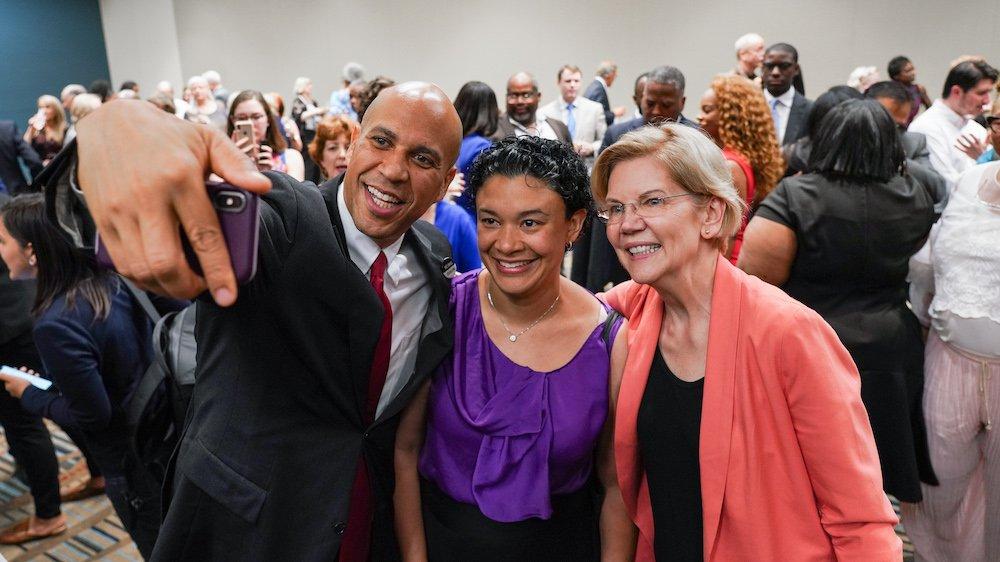 Elizabeth Warren Brags About Taking 'Over 40,000' Selfies
