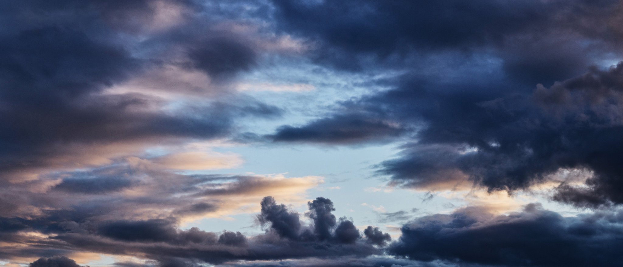Панорамная фотография с закатными облаками
