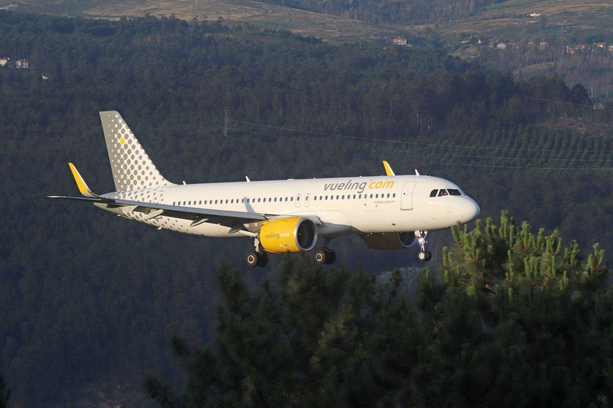 Los A-320 Neo cada vez más habituales, como éste A-320-271N  EC-NAZ procedente de BCN el VY-1704 por la cabecera 19 @AeronoticiasVgo @AeropuertoVGO @LevxVigo