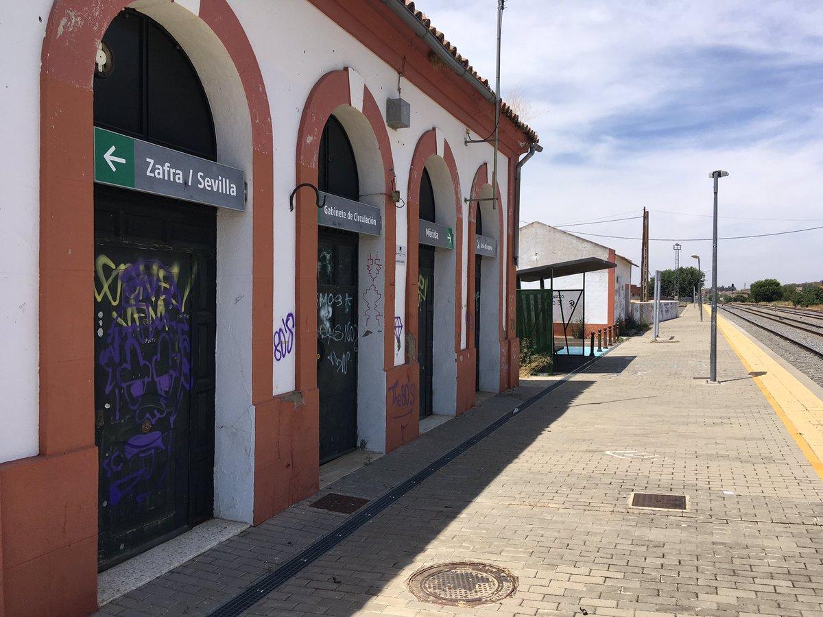 Más 30 minutos de espera en la estación de Calamonte por retraso en el tren con dirección Cáceres debido a una incidencia técnica en el motor del tren Media Distancia 17907. En nuestras vías también empieza el verano y como siempre lo vamos a sufrir sólo los usuarios.