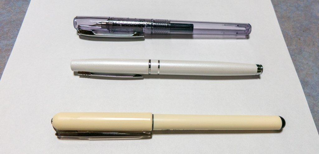 test ツイッターメディア - 手前の Riviere はプラチナ製で表記上は200円。書いてみるとちょっと引っかかりを感じることが多い。 真ん中のは金属っぽい触り心地。重さがあるせいなのかかなり滑らかにペン先が走る。 奥のはペン先が非常に小さくてハート穴が無い。でも滑らかな書き味。 #ダイソー #万年筆 https://t.co/X5flpOuy4g