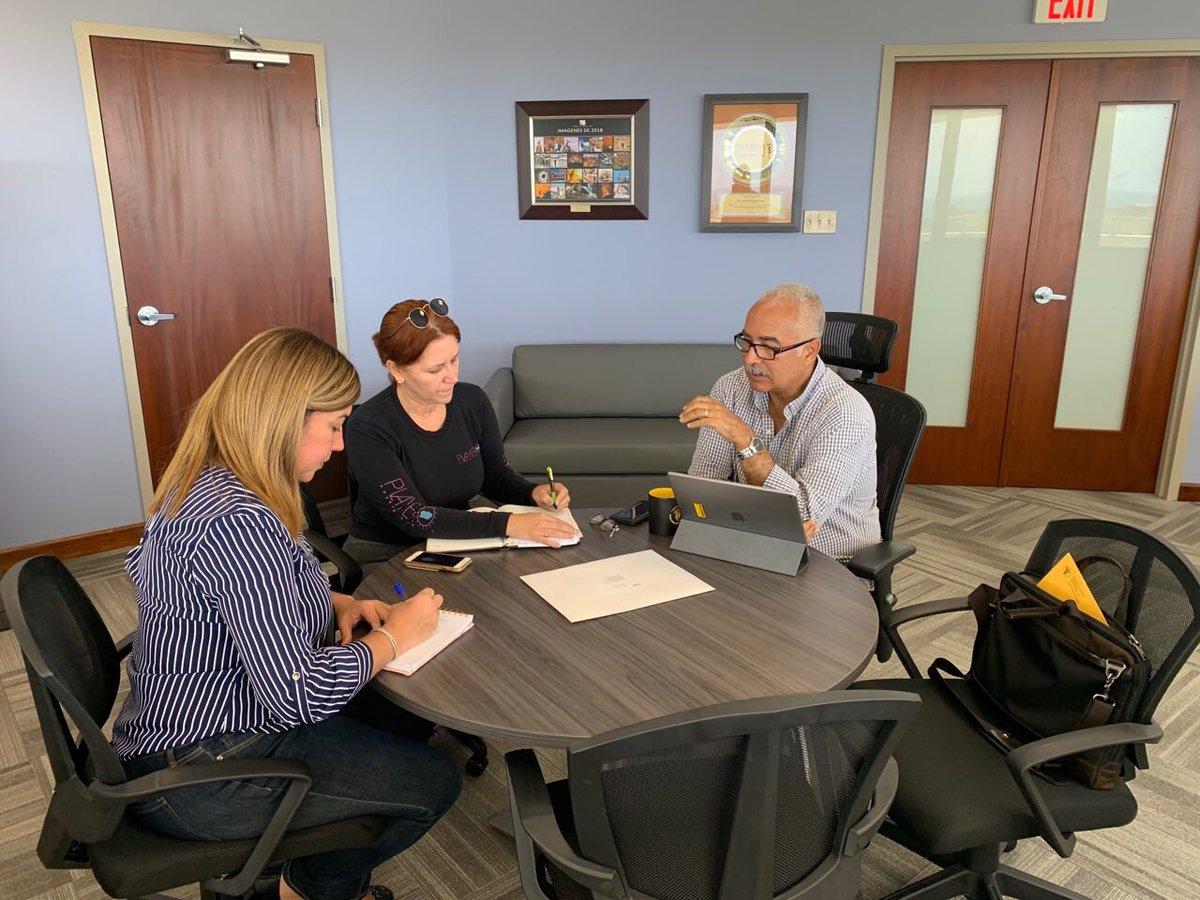 Discutiendo el proyecto para continuar estableciendo Centros de Servicios 360 en los recintos de la UPR con estudiantes de las áreas de contabilidad y finanzas.