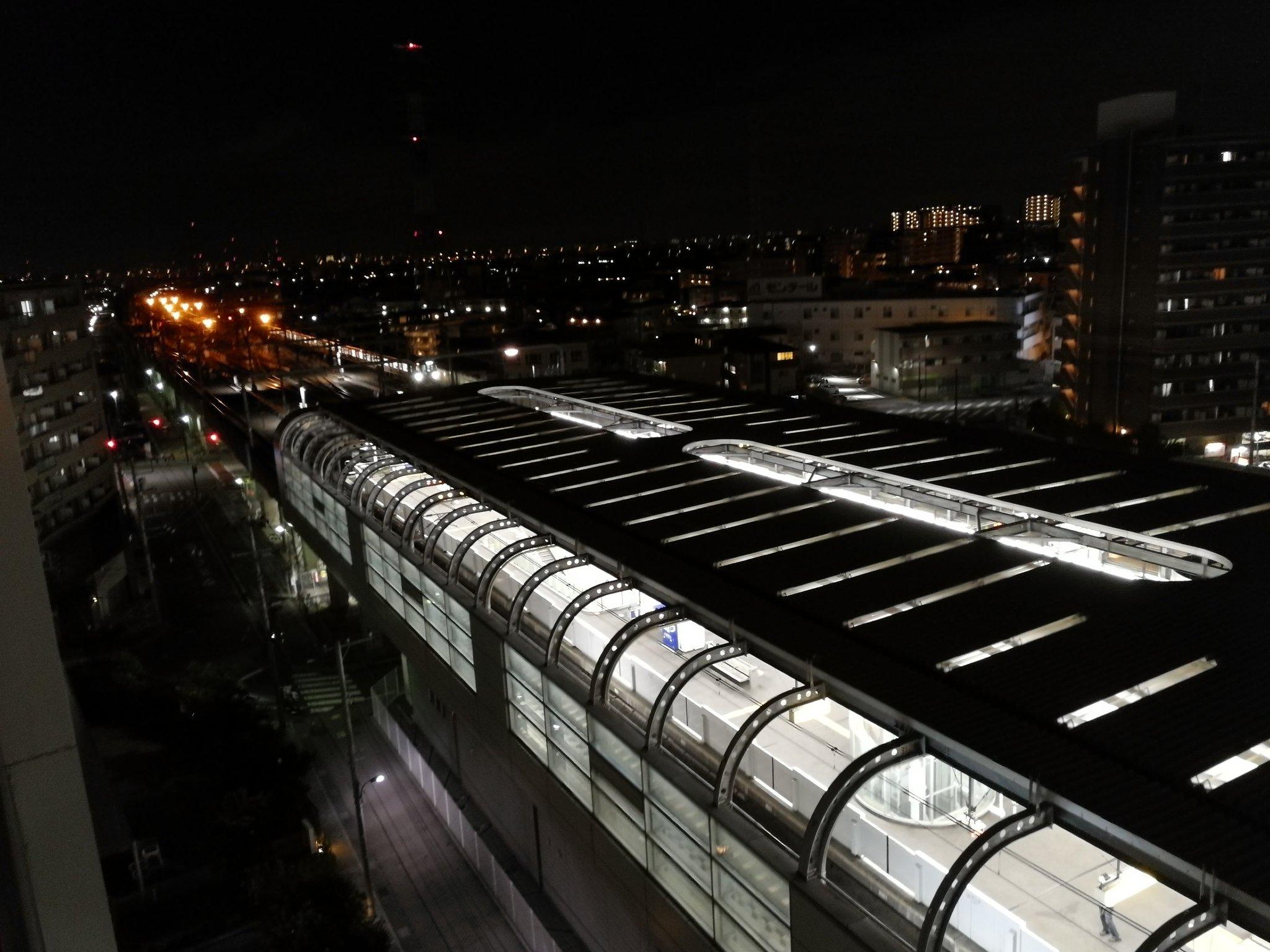 画像,つくばエクスプレス 八潮駅で人身事故とのこと。うちのマンションから駅が見える。なんか電車へんなとこで止まってるな。さっきから駅からなんかの機械音がすごい。 ht…