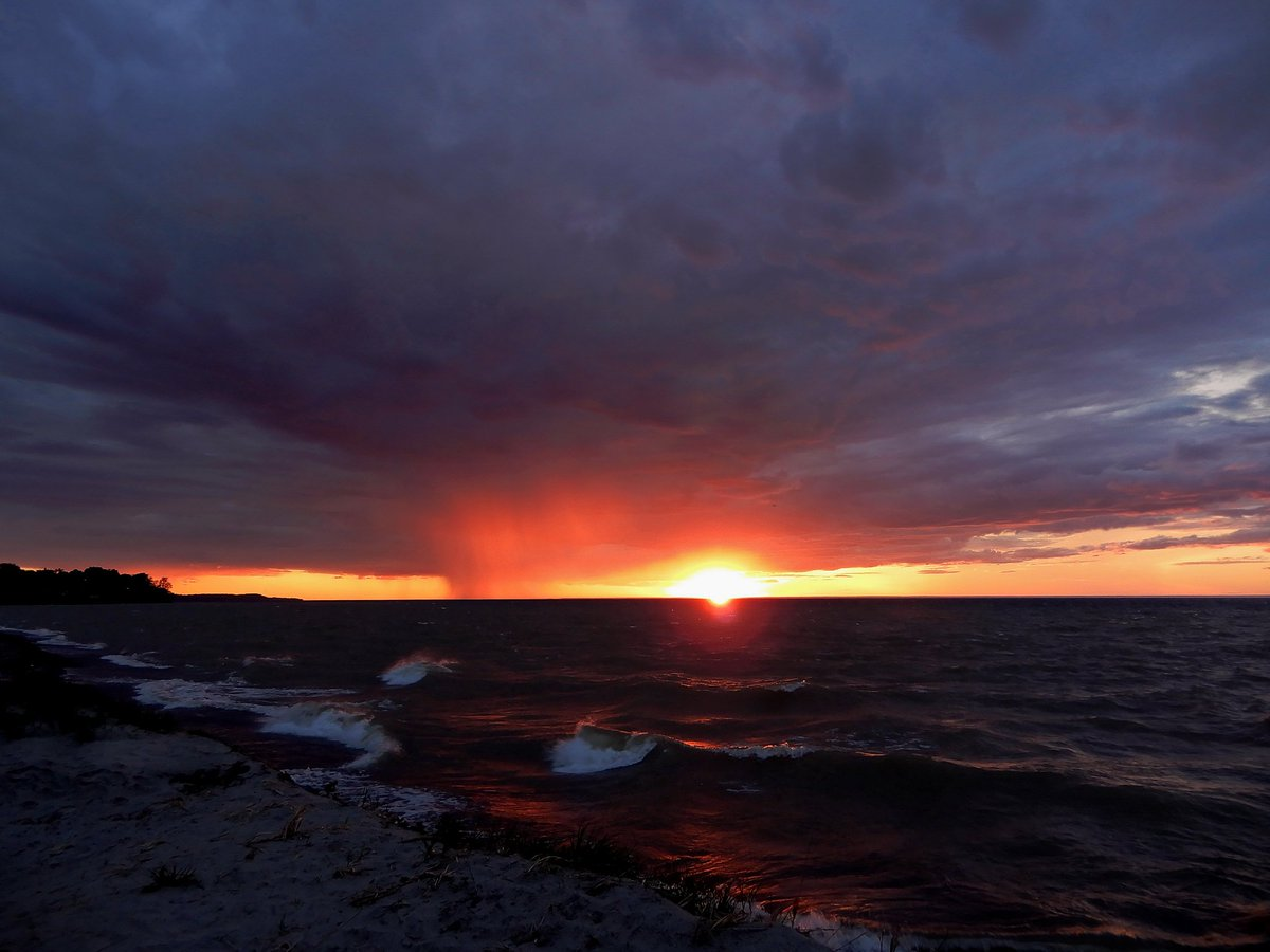 Sunset along Lake Ontario (photo)