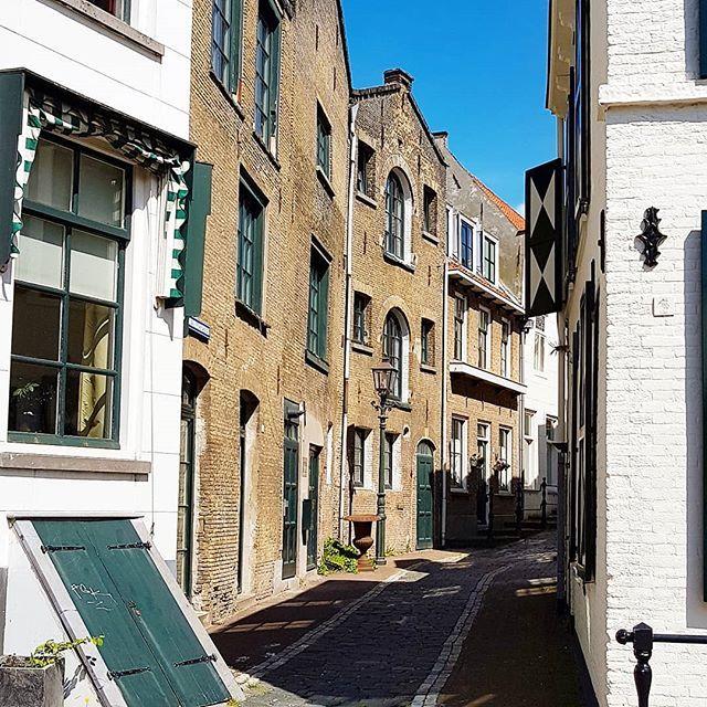 Just another dutch alley  #schiedam #holland #netherlands🇳🇱 #oldcity #oldtown #historical #thisisholland #discover_holland #superholland #ig_discover_holland #citywalk #instatravel #schiedamfoto