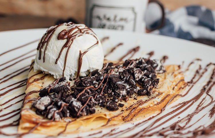 ¡Tenemos nuevo menú de postres! 😍ven por un delicioso Crepe de Oreo servido con nutella y chocolate blanco con una bola de helado de vainilla y nueces caramelizadas 🤤 --- #crepes #yummy #nutella #icecream #helado #oreos #chocolate #dessert #sweets #foodporn #squareone #santiago