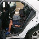 再現度が高い!お祭りでパトカーに乗り込んだ子供が容疑者になりきる!