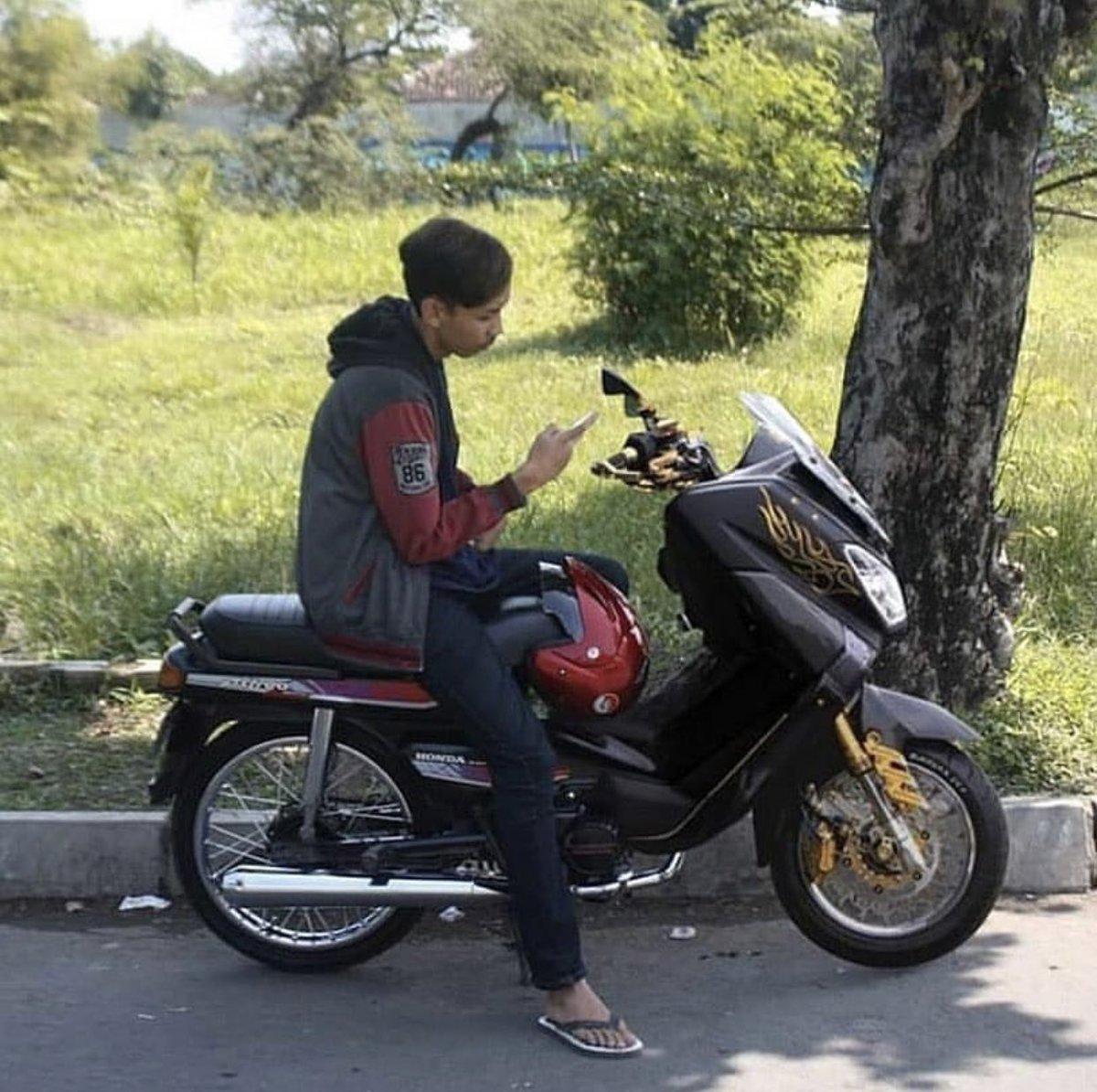 Honda Astrea Grand-max.  Source IG: pecintamotortuaid <br>http://pic.twitter.com/fDNWjbU99X