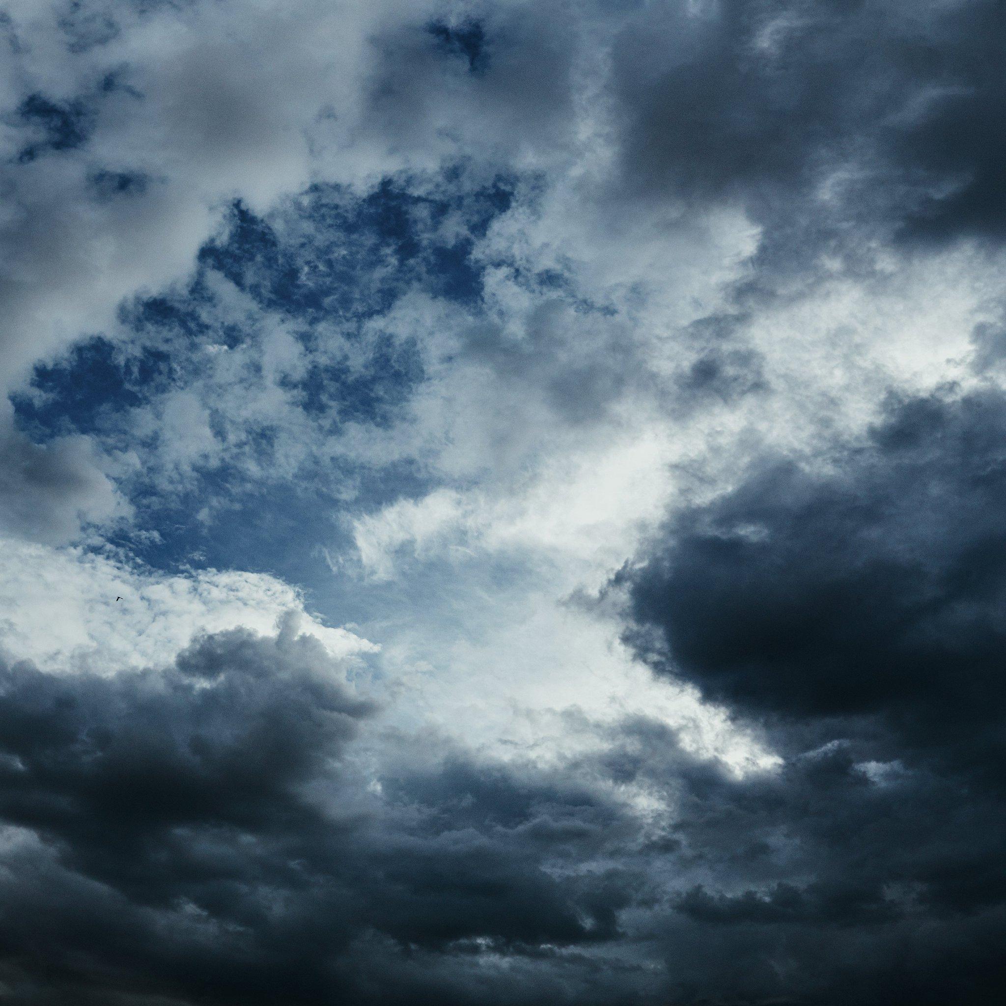Фотография с мрачными тучами и голубым небом