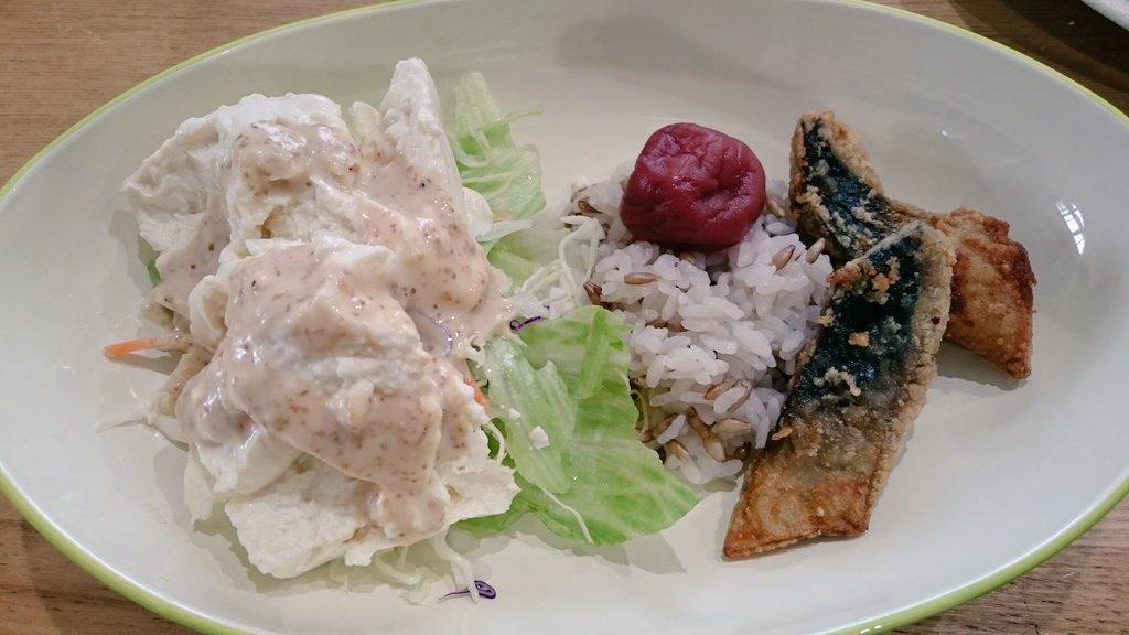 今日のお昼と夕ごはん! ファミマのおにぎりに、バーリーマックス使ってるのがあって美味しくて好きなんだけど、昨日見付けて買ってきたので早速おうちご飯でも。アクセントになってめっちゃ美味しい~(*´-`)